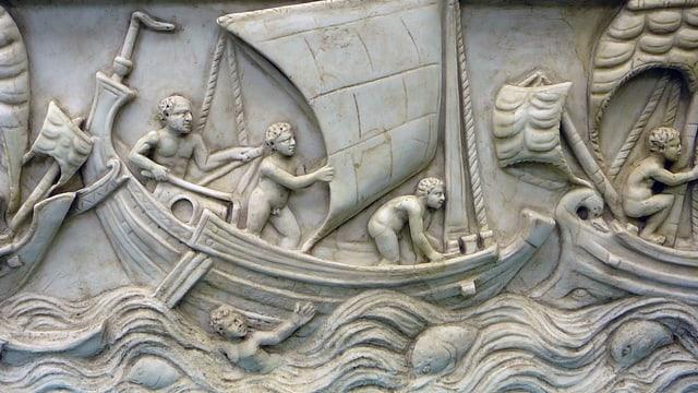 Ein dreidimensionales Bild einer Schlacht auf dem Meer. Sie ist in weissen Stein gemeisselt.