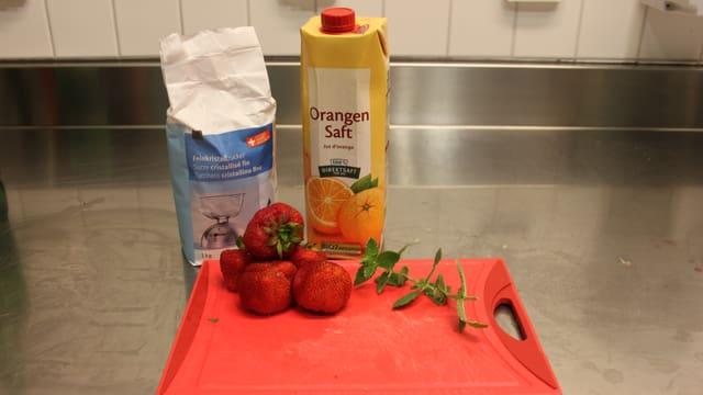Zutaten: 2 dl Zitronenmelissentee, 2 dl Orangensaft, Zucker, ca. 100 Gramm Erdbeeren, Eiswürfel