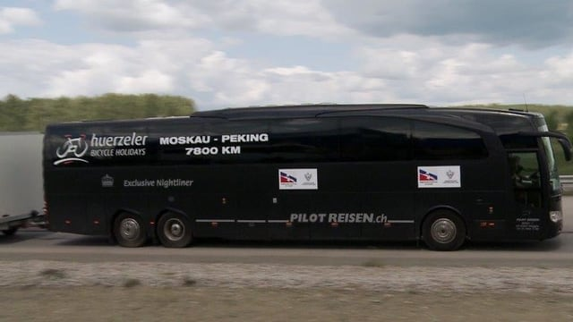 Hotel mit dabei: Komfortabler aber enger Bus dient den Radfahrern als Schlafgemach