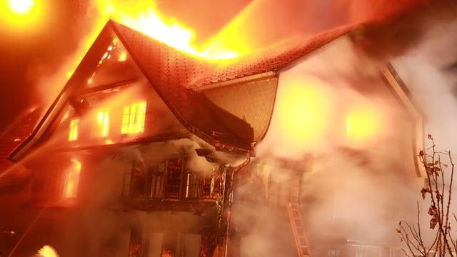 Das Gasthaus Sternen steht in Flammen.