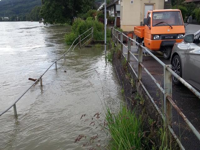 Hochwasser am Rheinufer, Wasser knapp unter dem Gehweg daneben