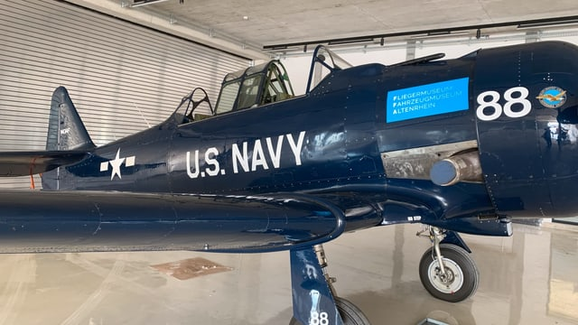 Eine amerikanische US-Propellermaschine ist zu sehen. Auch sie ist noch flugfähig.