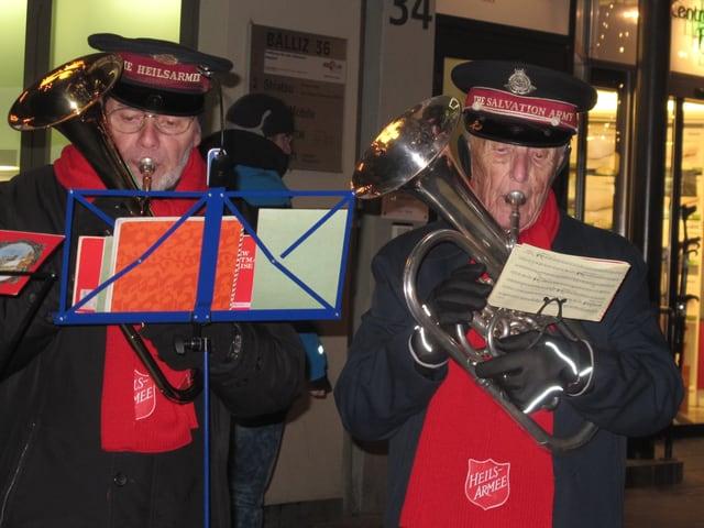 Wieder in der Heilsarmee-Uniform: Emil Ramsauer spielt Bariton auf der Strasse