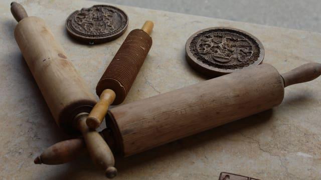 Walholze und Formen auf einem Brett