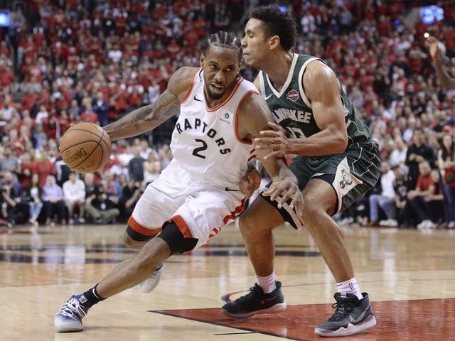 Torontos Kawhi Leonard setzt sich gegen Milwaukees Malcolm Brogdon durch.