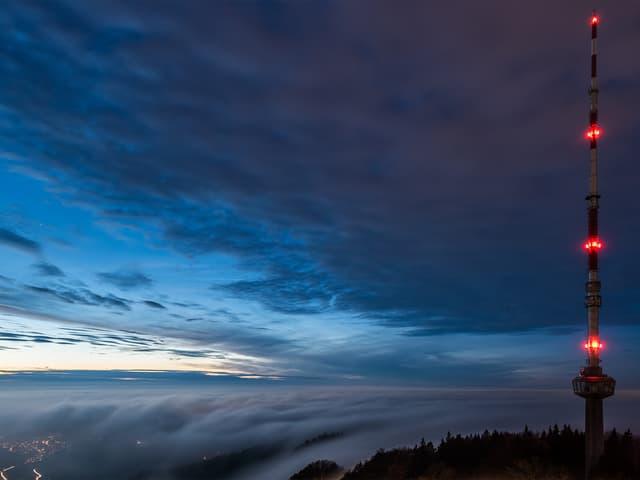 Abend, Blick vom Uetliberg über das Nebelmeer, rechts im Bild: der Sendeturm.