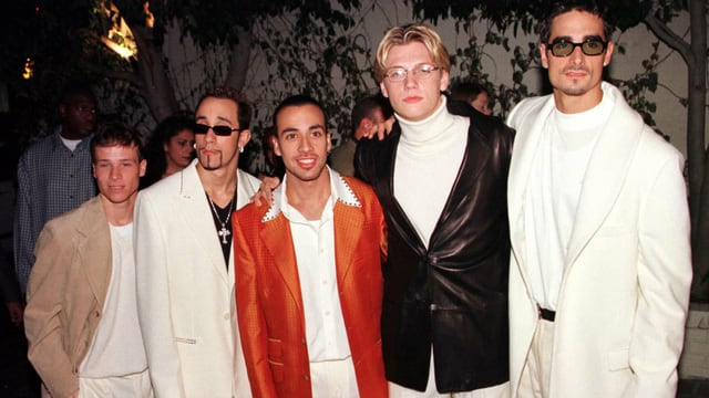 Die Backstreetboys der Grösse nach aufgestellt in weissen Kleidern.