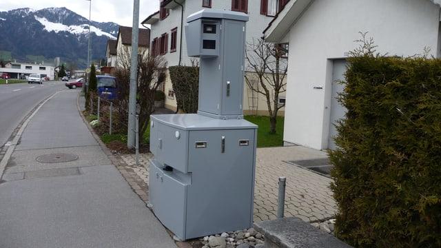 Ein mobiles Radargerät steht an einem Strassenrand.
