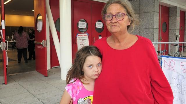 EIn Mädchen und seine Grossmutter, die evakuiert werden mussten.