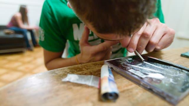 Ein Mann konsumiert Kokain in einer Privatwohnung in Zürich (gestellte Aufnahme, Archiv).