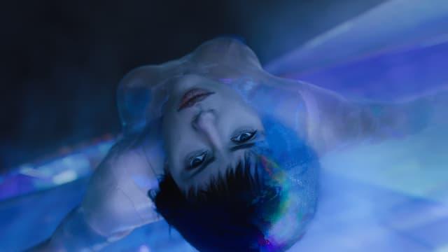 Scarlett Johansson im freien Fall.