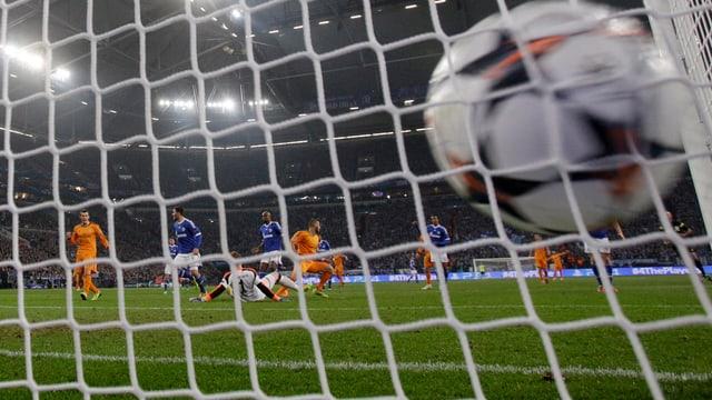 6 Mal landete der Ball im Hinspiel im Schalker Tor.