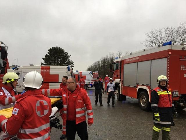 18 Menschen sind verletzt, davon 17 leicht und einer schwer.