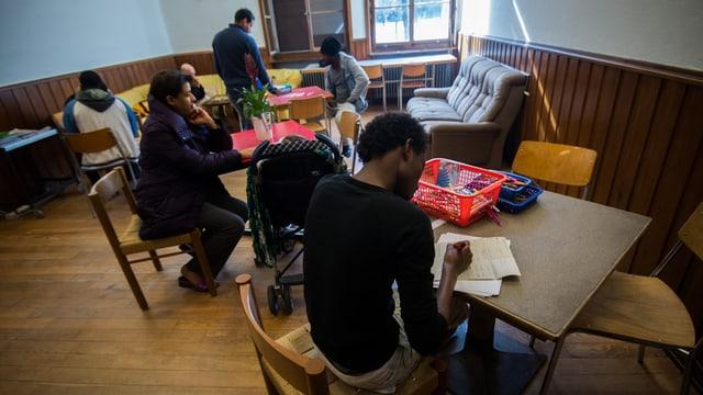 Asylbewerber im Aufenthaltsraum
