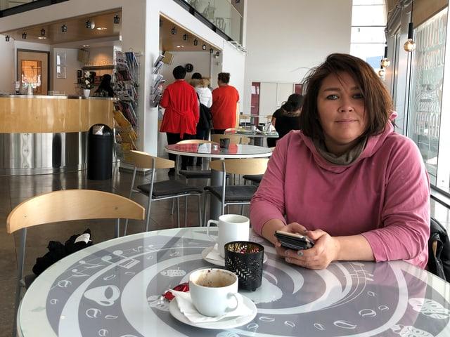 Regisseurin Pipaluk Kreutzman in einem Café