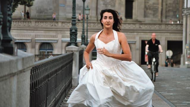Eine Frau rennt im Hochzeitkleid durch Zürich.