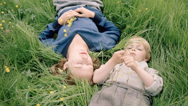 Träumt von einer gemeinsamen Zukunft: Astrid mit ihrem Sohn Lasse auf einer Blumenwiese.