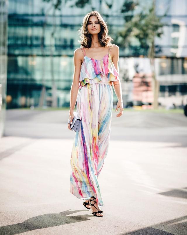 Anja Leuenberger läuft im bodenlangen Kleid