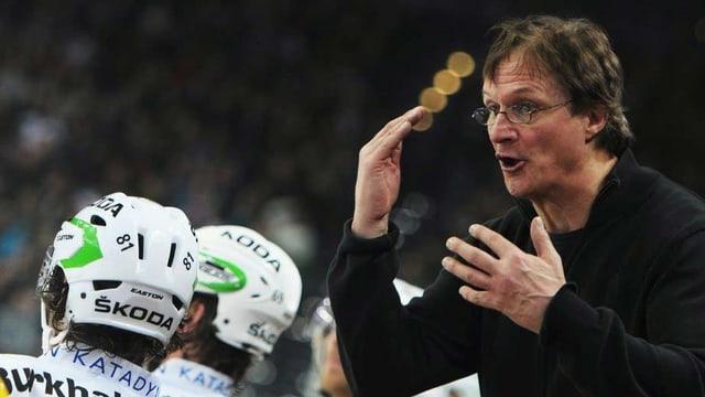 Arno del Curto gestikuliert, seine Eishockey-Spieler schauen weg.