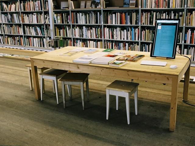 Tisch in der Bibliothek Sitterwerk in St. Gallen.