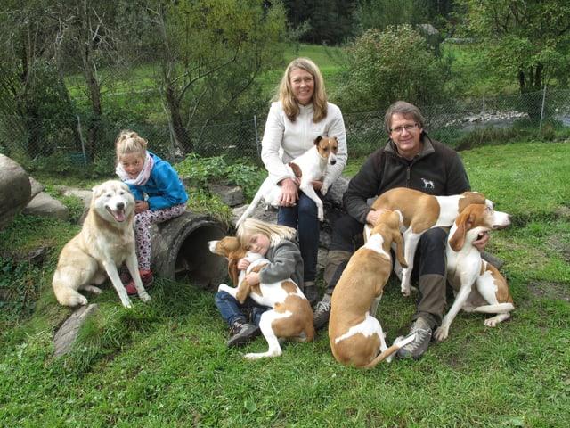 Zwei Mädchen, zwei Erwachsene und sechs Hunde