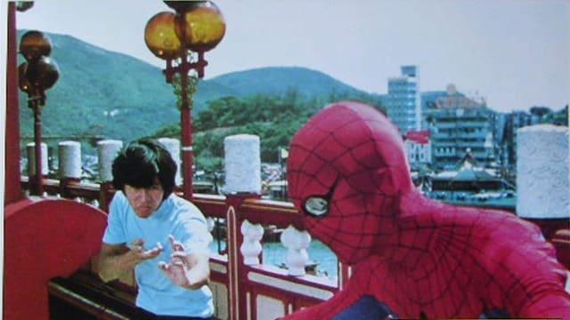 Spider-Man kämpf auf dem Dach gegen einen Asiaten.