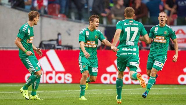Die Profis von Rapid Wien feiern ihr Weiterkommen in der CL gegen Ajax Amsterdam.