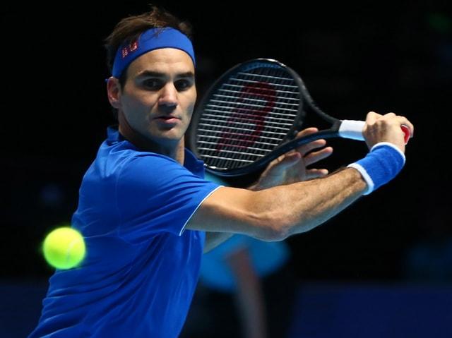 Roger Federer schlägt eine Rückhand
