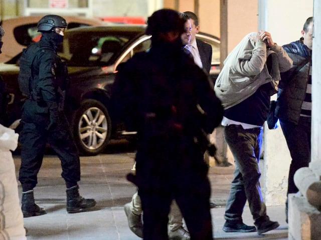 Angeklagter wird von Polizisten eskortiert, 5. Dezember 2017