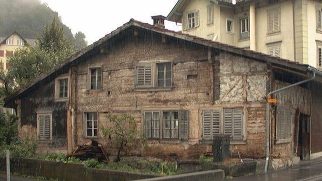 Altes Holzhaus, das über 800 Jahre alt ist, steht an einer Strasse in Schwyz.