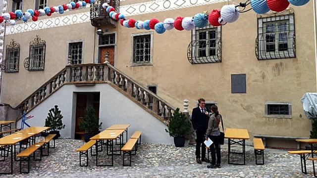 Reporterin interviewt vor dem Schloss Planta-Wildenberg einen Mann.