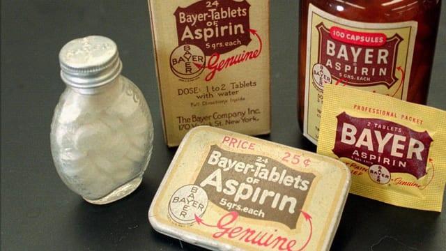 Historische Medikamentenpackungen des