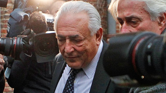 Strauss-Kahn wird von Journalisten belagert.