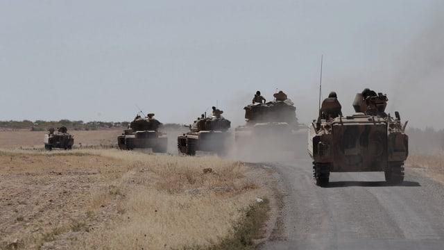 Türkische Panzer fahren auf einer Strasse