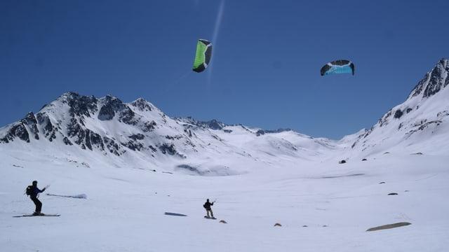 Zwei Snowkiter im Bündnerischen Maighelstal.