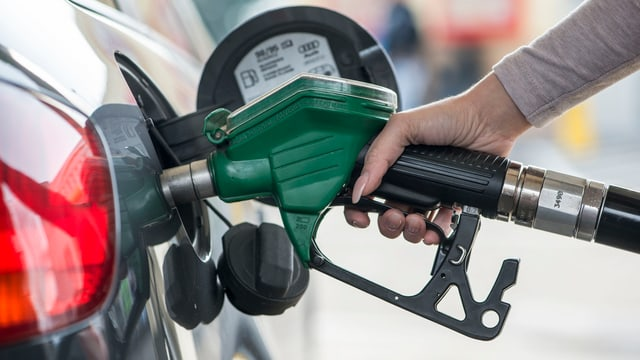 Distributur da benzin vid tancar ina auto.