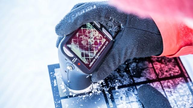 Eine Nahaufnahme von einem Schneemessgerät