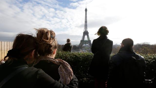 A Paris sco er sin l'entir mund han millis commemorà las unfrendas da las attatgas da terrur.