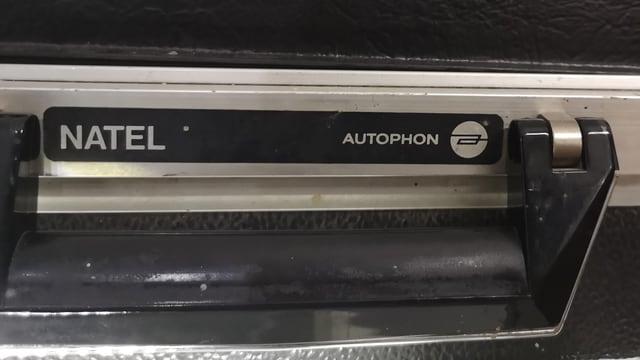 Schriftzüge Natel und Autophon neben Koffergriff.