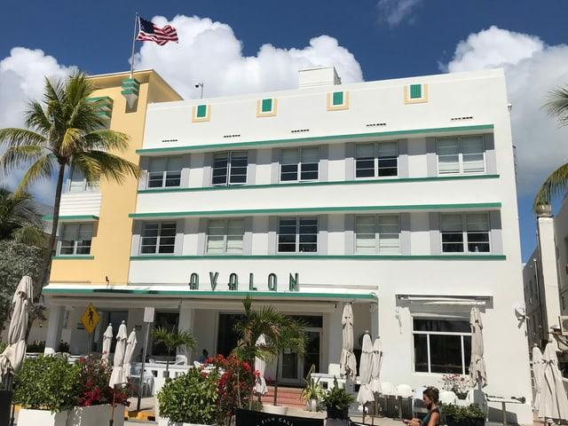 Gelb-weisse Fassade des Hotels
