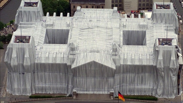 1995 verhüllte Christo den Berliner Reichstag.