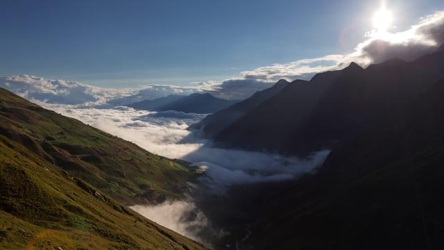Val Lumnezia unter einem Nebelmeer.