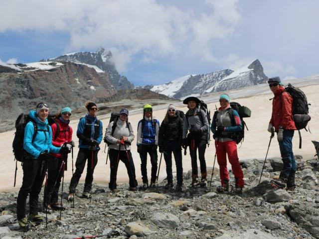 Frauengruppe vor dem Gletscher.
