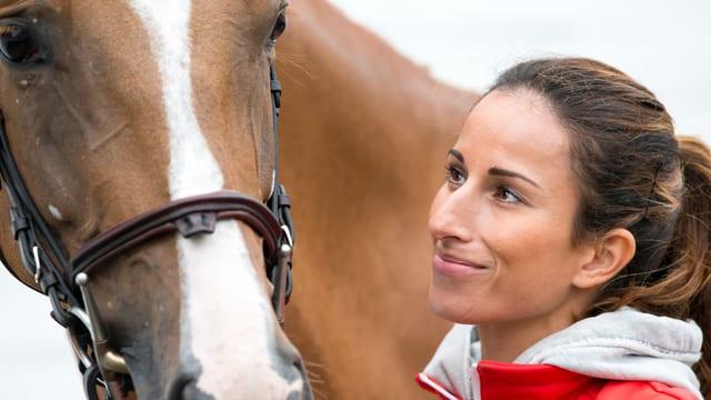 Janika Sprunger lächelt ihrem Pferd Bonne Chance zu.