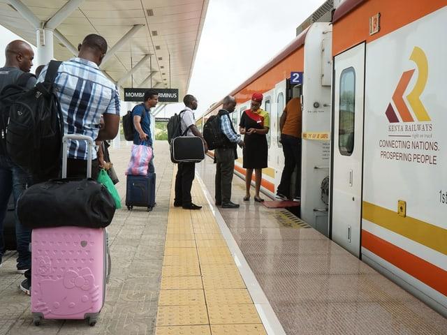Passagiere beim Einsteigen in den Zug in Mombasa