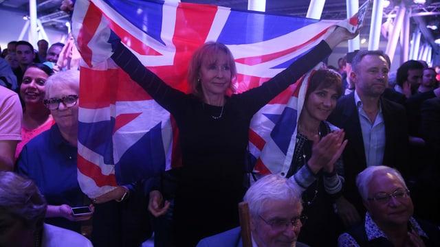 Ein Frau hält eine britische Flagge.