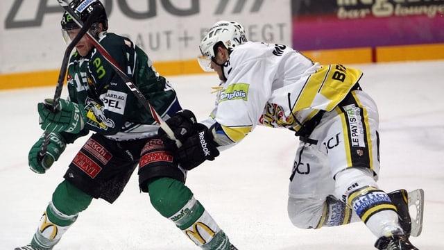 Eishockeyspieler von Olten und Ajoie im Duell.