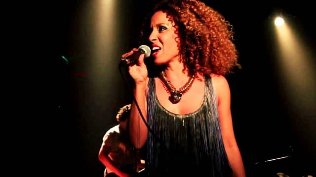 Sängerin Iara Rennó während eines Konzertes.