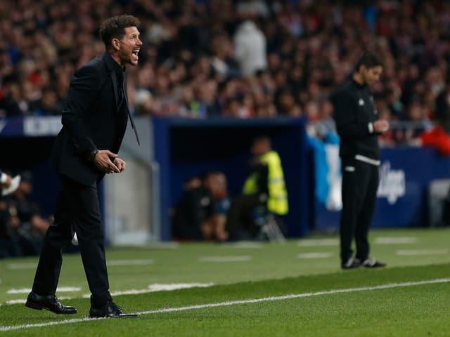 Atlético-Trainer Diego Simeone coacht an der Seitenlinie.