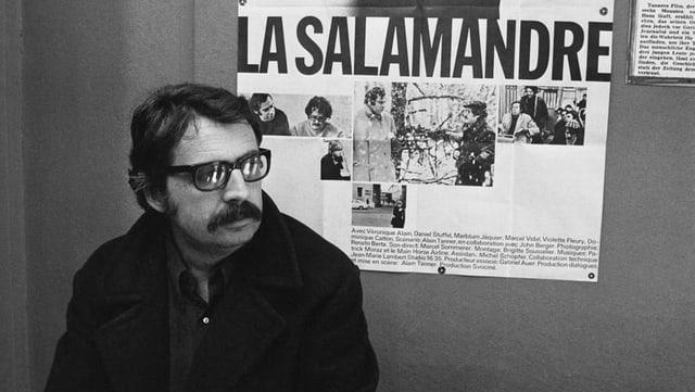 Alain Tanner vor dem Plakat von «La Salamandre».